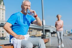 Dricksvatten för hög man efter genomkörare Fotografering för Bildbyråer