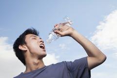 Dricksvatten för ung man Royaltyfri Fotografi