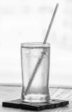Dricksvatten med sugrör Arkivbild