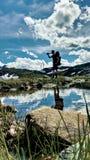 Dricksvatten under att fotvandra Norge Arkivbilder
