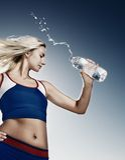 dricksvattenkvinna Royaltyfri Foto