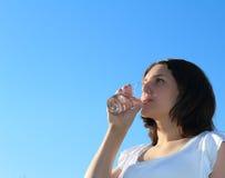 dricksvattenkvinnabarn Fotografering för Bildbyråer