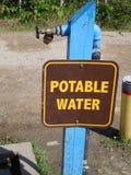 Dricksvattenstation på en tältplats Fotografering för Bildbyråer