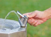 Dricksvattenvattenkranen på offentligt parkerar. Fotografering för Bildbyråer