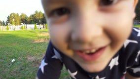 Drie éénjarigenjongen die camera bekijken stock video