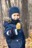 Drie éénjarigenjongen met geel blad Royalty-vrije Stock Foto