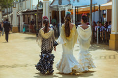Drie aantrekkelijke jonge vrouwen in traditionele feria kleding royalty-vrije stock afbeeldingen