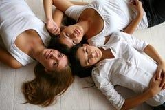 drie aantrekkelijke meisjes op wit Stock Foto's