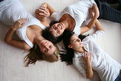 Drie aantrekkelijke meisjes op wit Stock Afbeelding