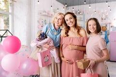 Drie aantrekkelijke vrouwen die over toekomstig ouderschap spreken royalty-vrije stock afbeeldingen