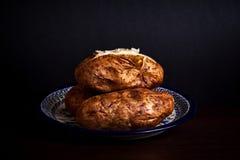 Drie aardappelen in de schil op poetsmiddelaardewerk royalty-vrije stock foto's