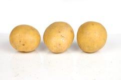Drie aardappels die op wit worden geïsoleerde Stock Foto's