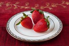 Drie Aardbeien op een Plaat Royalty-vrije Stock Afbeeldingen