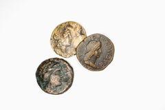 Drie antieke muntstukken met portretten op een witte achtergrond stock afbeelding