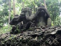 Drie apenstandbeelden die verschillende posten hebben kambodja stock foto