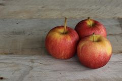 Drie appelen op een houten achtergrond royalty-vrije stock afbeelding