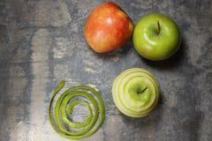 Drie Appelen op Teller Één Gepeld Apple stock afbeeldingen