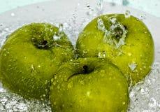 Drie appelen in water Stock Foto
