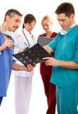 Drie artsen en verpleegster Stock Afbeeldingen