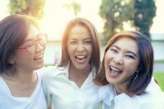 Drie Aziatische van de het gelukemotie van de vrouwenvriend de vakantietijd royalty-vrije stock foto's