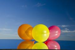 Drie ballons op spiegel en hemel royalty-vrije stock afbeelding