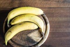 Drie bananen op een hakbord Royalty-vrije Stock Fotografie