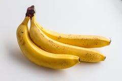 Drie bananen op een witte achtergrond Stock Foto
