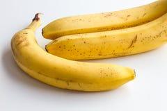 Drie bananen op een witte achtergrond in het hoekkader van de foto Stock Foto