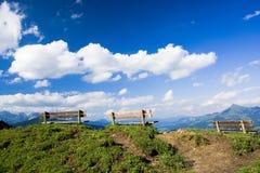 Drie banken bovenop een heuvel Royalty-vrije Stock Foto's