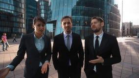 Drie bedrijfs negatief mensen verwerpt reproach en Uw advies stock video