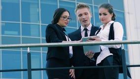 Drie bedrijfsmensen stock video