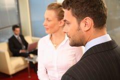 drie bedrijfsmensen in bureaumilieu Royalty-vrije Stock Foto