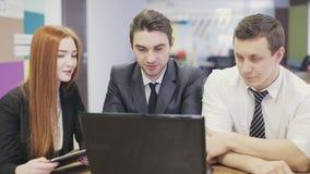 Drie bedrijfsmensen die in bureau samenkomen stock videobeelden