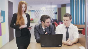 Drie bedrijfsmensen die in bureau samenkomen stock video