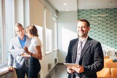 Drie Bedrijfsmensen die in het bureau werken royalty-vrije stock afbeeldingen