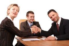 drie bedrijfsmensen handhshake stock fotografie