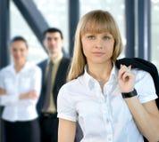 Drie bedrijfspersonen met een vrouw op de voorzijde Royalty-vrije Stock Afbeeldingen