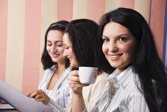 Drie bedrijfsvrouwen in bureau Stock Foto's