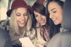 Drie beste vrienden die in de auto berijden Stock Afbeelding