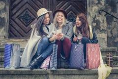 Drie beste vrienden die na het winkelen genieten van Stock Afbeelding