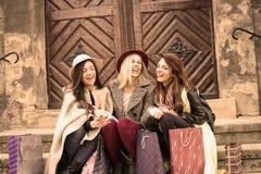 Drie beste vrienden die na het winkelen genieten van Royalty-vrije Stock Foto