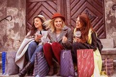 Drie beste vrienden die na het winkelen genieten van Royalty-vrije Stock Foto's