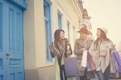 Drie beste vrienden die op de straat lopen Royalty-vrije Stock Foto