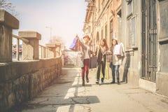 Drie beste vrienden die op de straat lopen Stock Foto