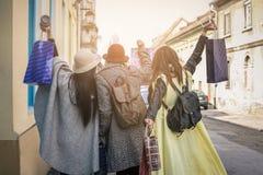 Drie beste vrienden die op de straat lopen Royalty-vrije Stock Fotografie