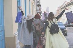 Drie beste vrienden die op de straat lopen Stock Fotografie