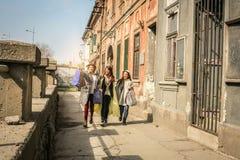 Drie beste vrienden die op de straat lopen Stock Foto's