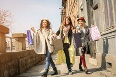 Drie beste vrienden die op de straat lopen Jonge vrouwelijke beste fri Royalty-vrije Stock Foto's