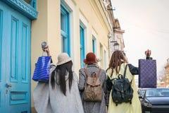 Drie beste vrienden die op de straat lopen Jonge vrouwelijke beste fri Royalty-vrije Stock Foto