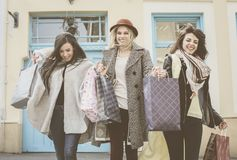 Drie beste vrienden die op de straat lopen Jonge vrouwelijke beste fri Stock Afbeeldingen
